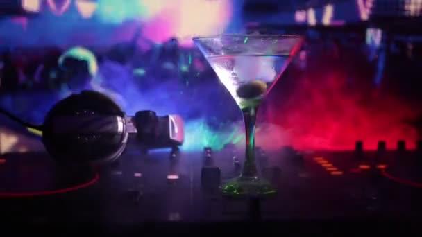 Olive-belül-night club dj tartományvezérlőn martini pohár. DJ konzol club ital, zene buli, szórakozóhely, diszkó fények.