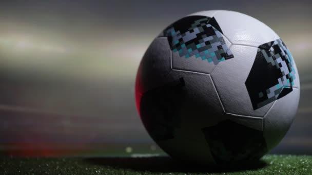 Baku, Azerbajdzsán - 2018. június 21.: Kreatív koncepció. Labdarúgó-Oroszország 2018-világbajnokság hivatalos labda az Adidas Telstar 18 háttéren sötét tónusú ködös szelektív összpontosít