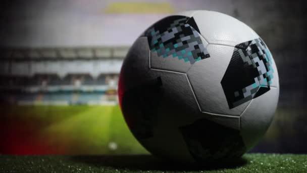 Baku, Ázerbájdžán - 21. června 2018: Kreativní koncept. Oficiální mistrovství světa 2018 Rusko fotbalový míč The Adidas Telstar 18 na tmavém tónovaný zamlžené pozadí Selektivní ostření