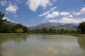 Krásná krajina lesní jezero, na hory nebo jezero Les krásné ráno v letním období. Ázerbájdžán příroda.