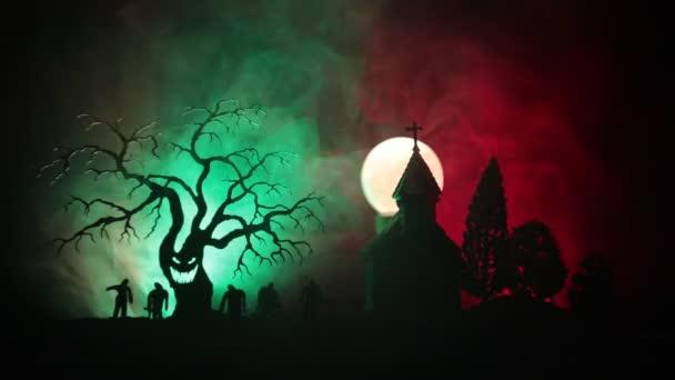 Děsivý pohled zombie na hřbitově mrtvý strom, měsíc, církev a strašidelné zamračená obloha s mlhou, pojem horor Halloween. Tónovaný
