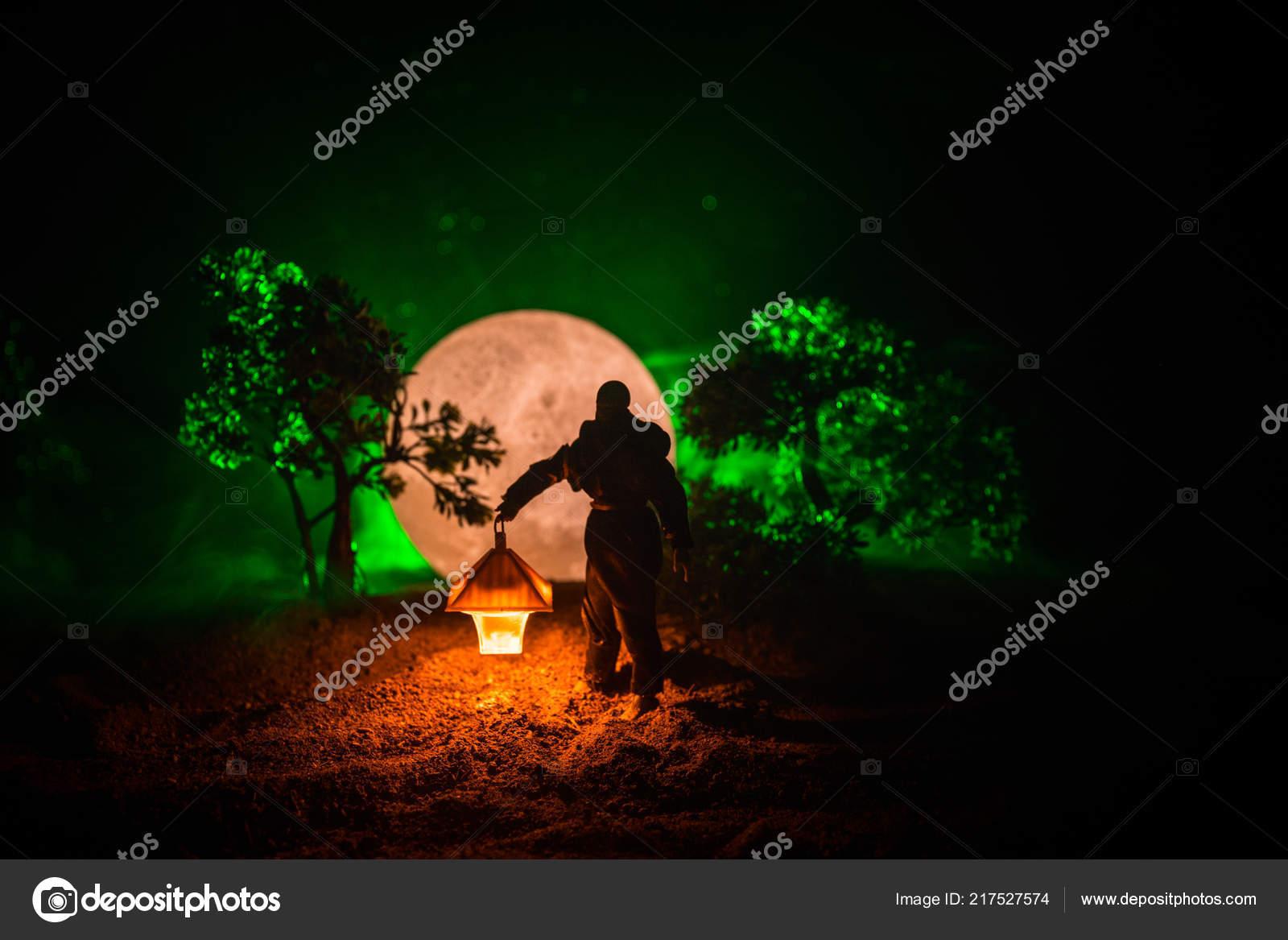 Hombre Oscuro Linterna Brillante Mano Gabardina Concepto Con Bosque Af7RAqr