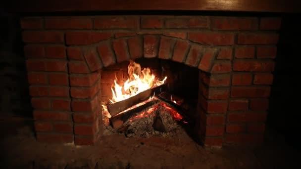 Na podzim nebo v zimě hořící krb pivo koncept zblízka. Zavřete a pak vystřelí hořící dřevo v krbu. Selektivní fokus