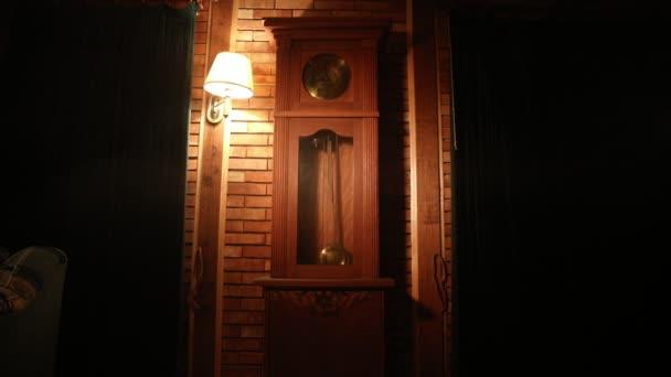 Vintage belső nyugati stílusú. Nagy fa antik óra az inga. Szelektív összpontosít.
