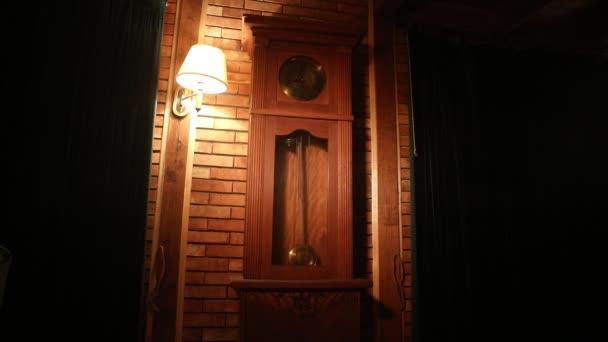 Vintage interiéru v západním stylu. Velké dřevěné starožitné hodiny s kyvadlem. Selektivní fokus
