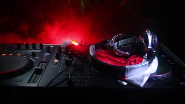 DJ keverő fejhallgató, a sötét éjszakai háttér karácsonyfa Szilveszter. Zár-megjelöl kilátás-új év elemek-Dj asztalon. Ünnep párt fogalmát. Üres hely