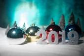 Vánoční pozadí s cetky, na sněhu, volného místa pro text. Vánoční dekorace. Slavnostní pozadí