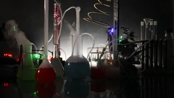 Gyógyszerészeti és kémiai témát. Vizsgálati üveg palackban kutatólaboratórium megoldást. Tudományos és orvosi háttérrel. Laboratóriumi vizsgálati csövek sötét tónusú alapon, a tudományos kutatási berendezések fogalma
