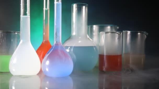 Pharmazie und Chemie. Testkolben mit Lösung im Forschungslabor. Wissenschaftlicher und medizinischer Hintergrund. Labor-Reagenzgläser auf dunklem Hintergrund, Konzept für wissenschaftliche Forschungseinrichtungen