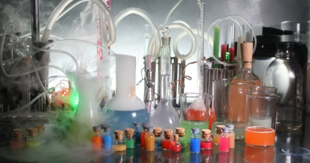 Pharmazie und Chemie. Testflasche mit Lösung im Forschungslabor. Wissenschaft und medizinischer Hintergrund. Labor-Reagenzgläser auf dunklem Hintergrund, Konzept für wissenschaftliche Forschungseinrichtungen