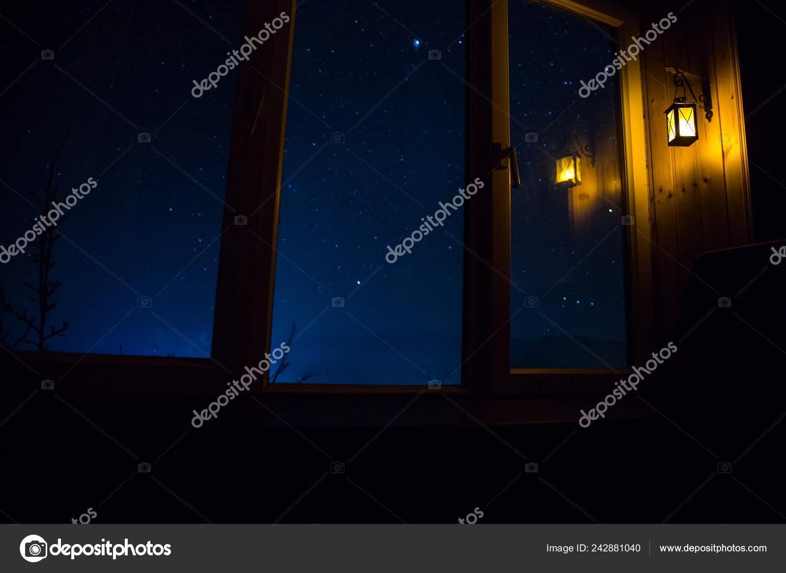 Escena Noche Las Estrellas Través Ventana Del Cuarto Oscuro ...