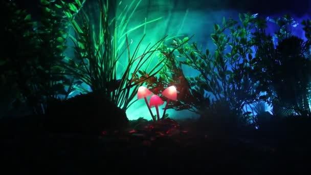 Izzó gomba rejtély sötét erdő közelről. Szép makro lövés mágikus gomba vagy három lelkek elveszett avatar erdőben. Mesebeli fények, a háttérben a köd. Szelektív összpontosít