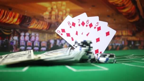 Karty a čipy na zelené cítil kasino tabulky. Abstraktní pozadí s kopie prostoru. Téma hry, hazardní hry, poker, casino a karty. Casino prvky na zelenou. Selektivní fokus