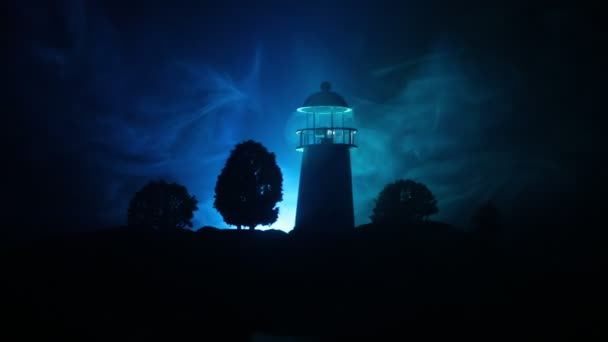 Dekorace kresby. Maják s paprsek světla v noci s mlhou. Starý maják stojící na hoře. Dekorace na stůl. Tónovaný pozadí. Načerno. Selektivní fokus