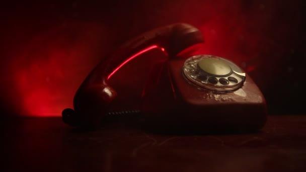 Retro telefon v tabulce na tmavém pozadí