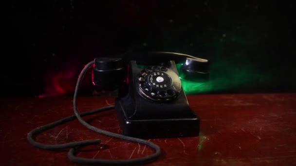 Retro-Telefon auf Tisch auf dunklem Hintergrund