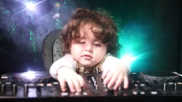 DJ Spinning keverő és karmoló, egy éjszakai klub, dj kezében csípés különböző pálya vezérlők, dj fedélzeten, strobe fények és köd, vagy Dj keveri a pályán, a nightclub-partin. Szelektív összpontosít