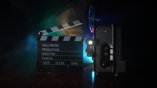 alter Oldtimer-Filmprojektor auf dunklem Hintergrund mit Nebel und Licht. Konzept des Filmemachens. Selektiver Fokus