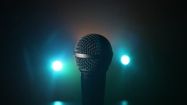 Mikrofon hang, zene, karaoke hangstúdióban vagy színpadon. Mikrofon technológia. Hang, koncert szórakoztató háttér. Beszédadó berendezés. Élő pop, rock zenei előadás