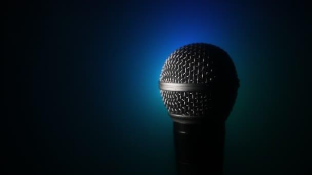 Mikrofon hang, zene, karaoke audio stúdióban vagy színpadon. MIC technológia. Hang-, koncert-szórakoztató háttér. Beszédműsorszóró berendezés. Élő pop, rockzenei teljesítmény
