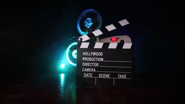 Régi Vintage film projektor, sötét háttér köd és a fény. A filmkészítés fogalma Szelektív fókusz