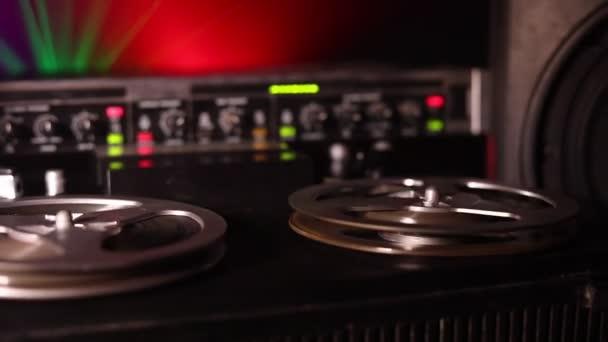 alte Vintage-Rolle zu Rollenspieler und Blockflöte auf dunkel getöntem, nebeligen Hintergrund. Analoger Stereo-Kassettenrecorder mit Bandspulen.