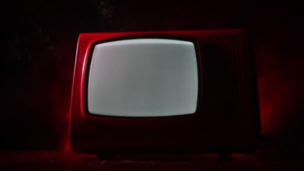 Régi Vintage piros TV, fehér zaj a sötét tónusú ködös háttérben. Retro régi televízió vevő nincs jel. Szelektív fókusz