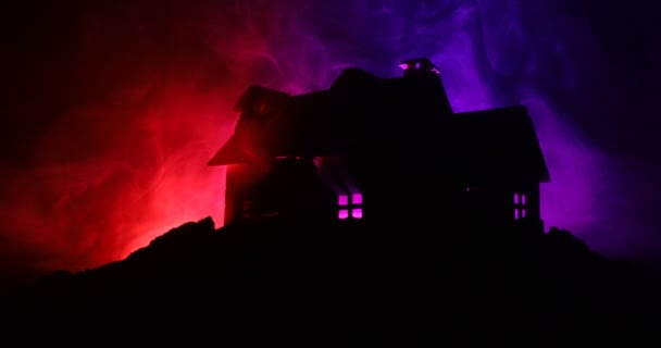 Starý dům s duchem v lese v noci nebo strašidelný dům hrůzy v mlze. Stará mystická budova v mrtvým lese. Stromy v noci s měsícem. Surreal světla. Horor Halloweenský koncept