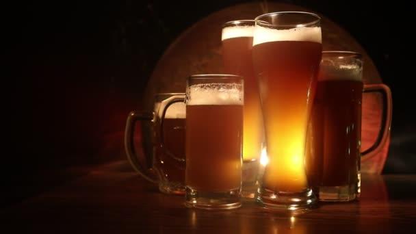 Kreatív koncepció. Friss sör a háttérben. A lager sör szemüvege készen áll az italra. Térmásolat. Szelektív fókusz