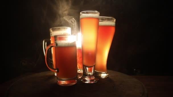 Tvůrčí koncept. Čerstvé pivo v brýlích na pozadí. Sklenice ležáku připravená na drink. Kopírovat místo Selektivní zaměření
