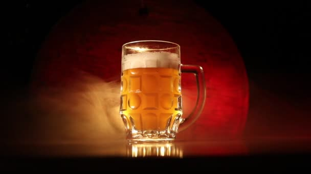 Tvůrčí koncept. Pint čerstvých piv na trávě na pozadí. Sklenice ležáku připravená na drink. Kopírovat místo Selektivní zaměření
