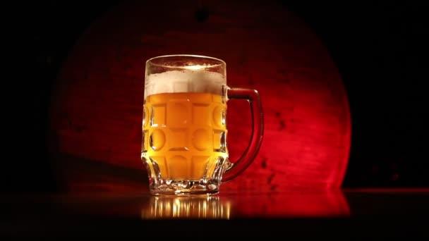 Kreatív koncepció. Korsó friss sör a fű a háttérben. Egy pohár lager sör italra kész. Térmásolat. Szelektív fókusz