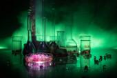 Pharmazie und Chemie. Testflasche mit Lösung im Forschungslabor. Wissenschaft und medizinischer Hintergrund. Labor-Reagenzgläser auf dunklem Hintergrund