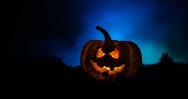 Halloween jack-o-lámpást őszi levelek. Ijesztő halloween tök átnéz a füstöt. Izzó,