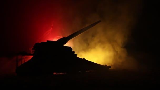Háborús koncepció. Katonai sziluettek harcok jelenet a háború köd ég a háttérben, világháború német tankok sziluettek alatt felhős Skyline éjjel. Támadás jelenet. Páncélozott járművek és gyalogság.