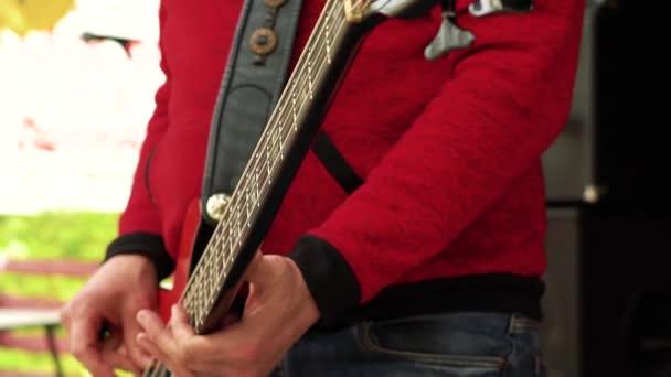 Hudebník hraje na basu