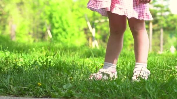 nohy dítěte běží