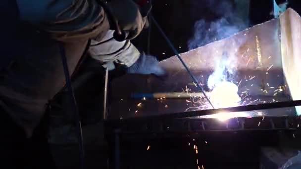 Průmyslový dělník v továrně svařování detailní