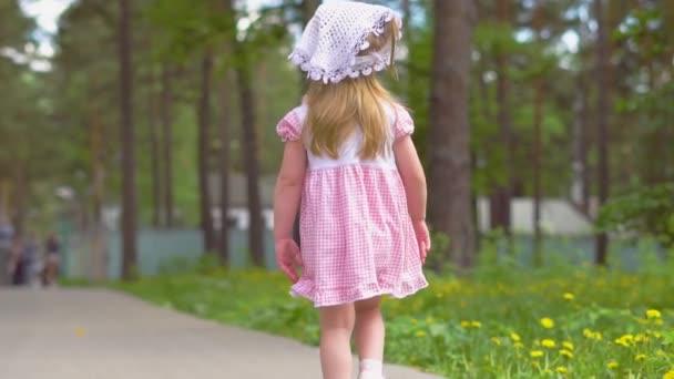 Kleines Mädchen geht im Park spazieren