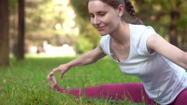 Žena dělá jógu venku