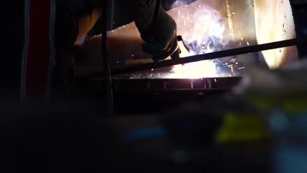 Industriearbeiter in der Werksschweißen Nahaufnahme