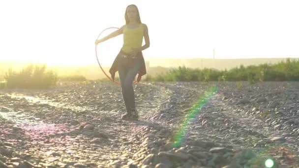 Mädchen mit Reifen in der Natur