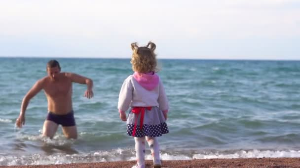 the child stands by the sea