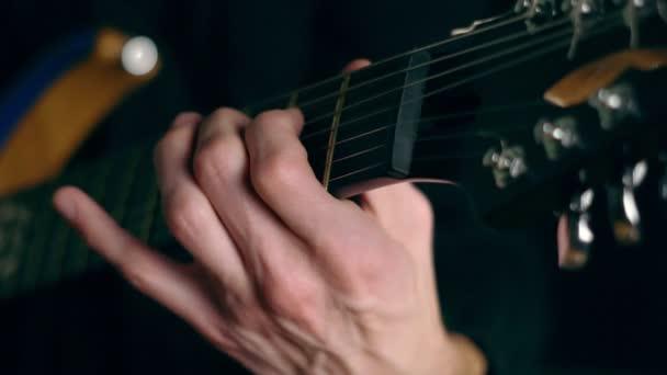 a srác játszik a gitár