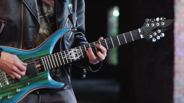 Oroszország, Novokuznetsk, 22.05.2020 gitáros az épületben