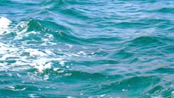 stopa z lodi na vodě