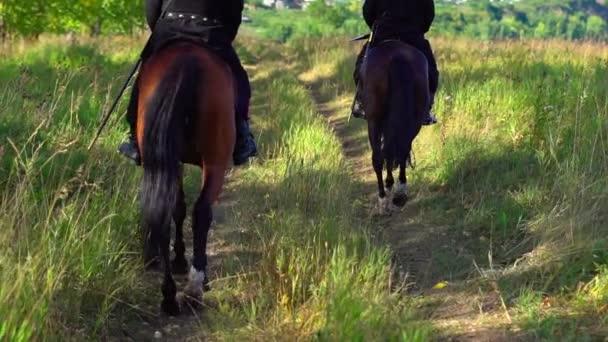 Oroszország, Novokuznyeck, - JÚLIUS 03, 2020: Kozák lovon hagyományos jelmezben