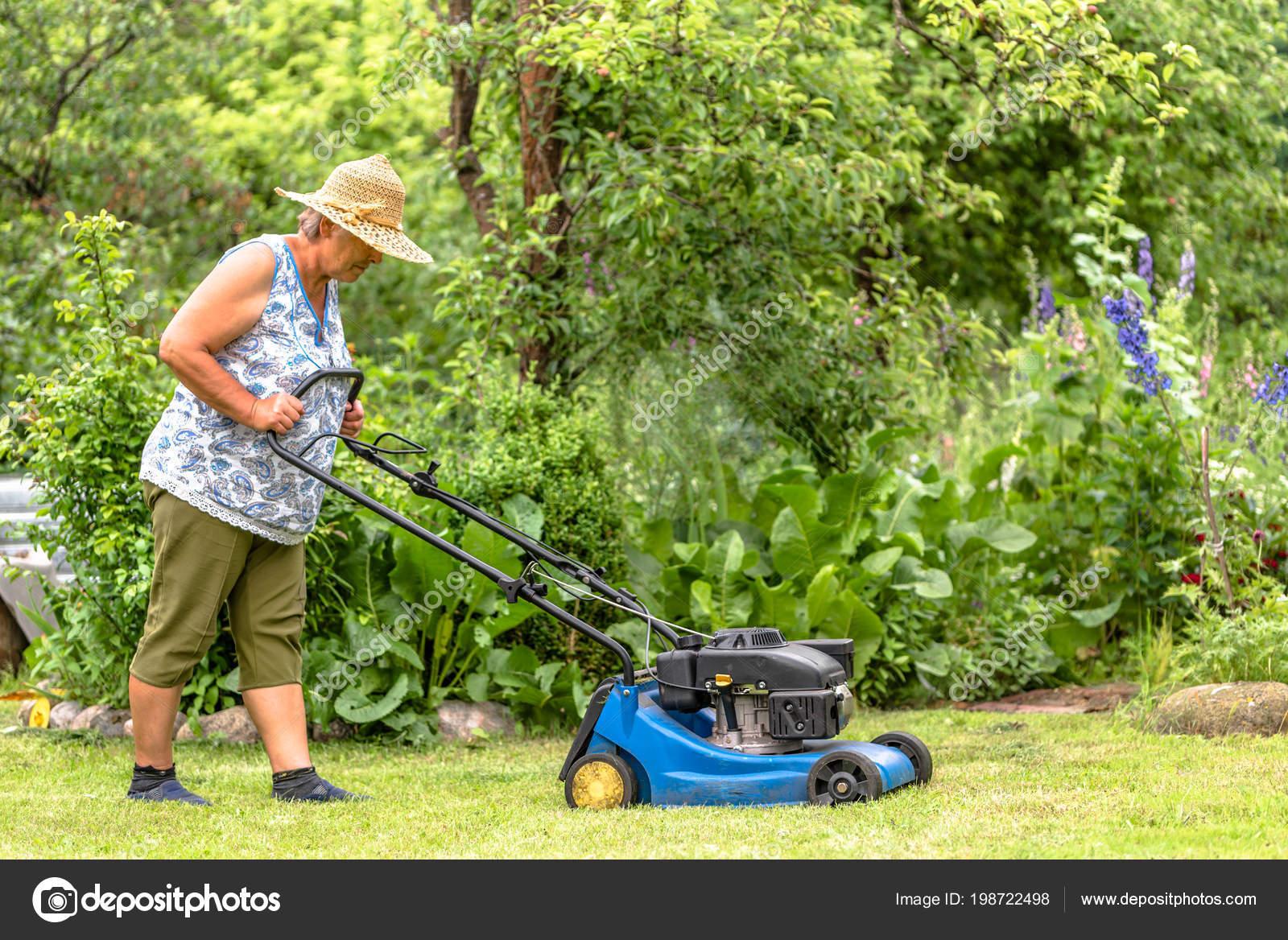 Super Frau Garten Arbeiten Rasenmähen Mit Einem Mäher Gärtner Schneidet @KZ_29