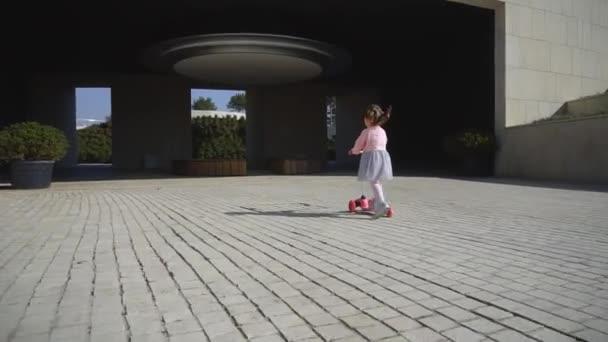 malá holčička jezdecké skútr