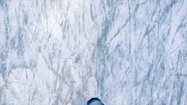 Nohama dospívající dívky, které dělat pohyblivé, v zimě pak Bruslení na kluzišti. Dívka Mladá attraktive Bruslení na ledu s postavou brusle venku na sněhu